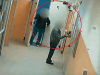 Skrytá kamera odhalila lekárov v neapolskej nemocnici Loreto Mare.