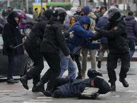 Polícia protesty v Minsku brutálne potlačila.