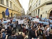 Demonštranti protestujú v uliciach Budapešti.