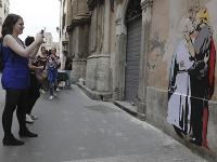 Graffiti na ktorom sa pápež bozkáva s Trumpom