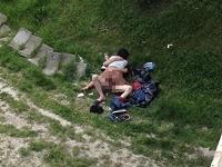 Muž a žena nachytaný uprostred sexu na verejnosti.