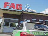 Policajné auto stojí pred závodom spoločnosti FAG Schaeffler v nemeckom Eltmane 15. mája 2017. Nemecká polícia informovala, že počas explózie sa v bavorskom závode spoločnosti FAG Schaeffler zranilo 13 ľudí.