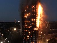Londýnska budova v plameňoch.