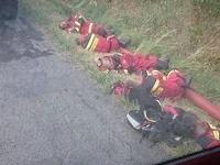 Po dlhom boji s požiarom oddych rovno pri ceste.