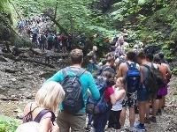 Turisti čakali na rebríky v Suchej Belej takmer hodinu.