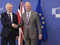 Hlavný vyjednávač Únie pre brexit Michel Barnier (vpravo) pózuje s britským ministrom pre otázky odchodu Británie z EÚ Davidom Davisom pred ich stretnutím v sídle EÚ v Bruseli