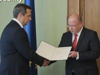 Na snímke vľavo predseda NR SR Andrej Danko odovzdáva dekrét o nastúpení do funkcie novozvolenému generálnemu riaditeľovi RTVS Jaroslavovi Rezníkovi (vpravo) 17. júla 2017 v Bratislave.
