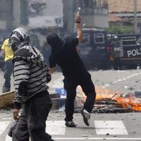 Demonštranti proti polícii použili zábavnú pyrotechniku