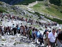 Ľudia čakajúci na vystúp na horský masív Giewont