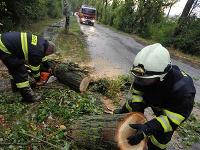 Hasiči v Starej Turej odstraňujú popadané stromy a vetvy po tom, čo sa západom prehnala búrka so silným vetrom.