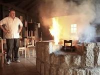 Vladimír Mečiar pri ohni v jeho príbytku