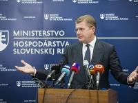 Na snímke minister hospodárstva Peter Žiga počas brífingu, na ktorom oznánil, že dozorná rada spoločnosti MH Manažment dnešným dňom končí.