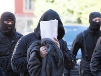 Na snímke privádzajú na Špecializovaný trestný súd (ŠTS) mužov, ktorých zadržali v piatok 13. októbra 2017 v rámci najväčšej akcie finančnej polície SHARK.