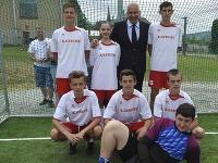 Dušan Galis v Ohradzanoch pózuje s mladými futbalistami.