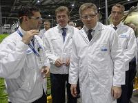 Robert Fico na návšteve továrne.