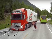 Deti prebehujú cez cestu bez toho, aby sa uistili, že je to bezpečné