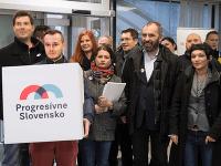 Na snímke líder hnutia Progresívne Slovensko Ivan Štefunko (druhý sprava) s ďalšími členmi