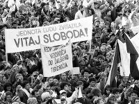 Desaťtisíce obyvateľov Banskej Bystrice a okolia vyjadrili 27.novembra 1989 na Námestí SNP v Banskej Bystrici svoju podporu generálnemu štrajku.