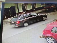 Nehodu mal zapríčiniť neznámy vodič na osobnom motorovom vozidle Škoda Superb Combi, prípadne Škode Octavia Combi.