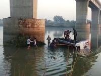 Miesto nehody - autobus sa zrútil do rieky.