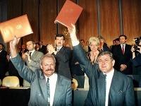 Predseda vlády SR Vladimír Mečiar, predseda NR SR, a Ivan Gašparovič17. júla 1992 v budove parlamentu v Bratislave zdravia poslancov po podpise Deklarácie o zvrchovanosti Slovenskej republiky