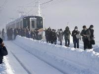Vlak v Japonsku musel kvôli snehu zastaviť.