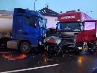 V stredu krátko po pol piatej popoludní riešili všetky záchranné zložky dopravnú nehodu troch kamiónov, dodávkového automobilu a troch osobných motorových vozidiel.