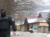 V dome Ernesta Valka vykonáva polícia rekonštrukciu vraždy.