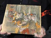 Na snímke francúzsky colník drží  vyše osem rokov nezvestný obraz od impresionistického maliara Edgara Degasa, ktorý objavili v batožinovom priestore autobusu.