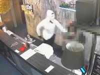Maskovaný muž lúpil v herni.