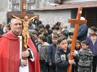 Krížová cesta v rómskej osade