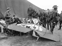 Austrálski vojaci s troskami lietadla.