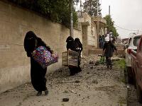 Iracké ženy utekajú na ulici počas ťažkých bojov v štvrti Jarmúk v západnej časti irackého mesta Mósul