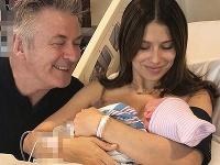 Alec Badwin s manželkou a dieťaťom