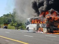 Horiaci autobus v meste Holmdel