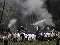 Hasiči zasahujú po nehode lietadla.
