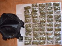 Mladík pri sebe prechovával viac ako 4200 dávok marihuany. Policajti mu ich zadržali.