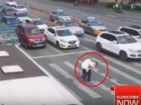 Policajt pomohol starčekovi o palici cez priechod pre chodcov.