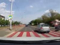 Vodič takmer zrazil ženu s kočíkom na priechode pre chodcov.
