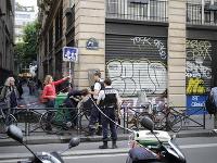Na snímke francúzske bezpečnostné zložky zasahujú počas rukojemníckej drámy v centre Paríža