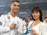 Ronaldova láska sa musela zblázniť  Na zapás sa dotrepala so šperkom ... bfe4daa8b4d