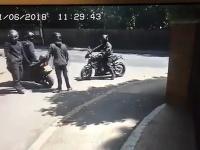 Motorkársky gang chcel za bieleho dňa okradnúť matku s dieťaťom.