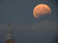 Čiastočné zatmenie mesiaca.