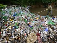 Znečístená rieka Bodva. Za pár dní vyzbierali z nej viac ako 500 vriec odpadu, prevažne plastov.