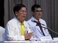 Miestny zdravotnícky predstaviteľ Tchončai Lertvilairattanapong reční počas tlačovej konferencie 11. júla 2018 v nemocnici v thajskej provincii Čiang Rai.