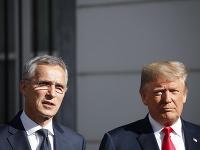 Americký prezident Donald Trump (vpravo) a generálny tajomník NATO Jens Stoltenberg počas tlačovej konferencie pred spoločnými raňajkami