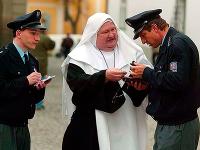 Zomrel herec Václav Glazar, ktorý v Kameňáku stvárnil mafiána prezlečeného za mníšku.