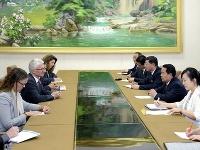 Mark Lowcock počúva ministra zdravotníctva Severnej Kórey Jang Jun Sanga.