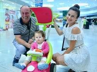 Ivan Mendrej so svojou mladou ženou Ivanou Marmare a dcérkou.