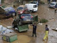 Tri dni po ničivých požiaroch zasiahli okolie Atén náhle záplavy